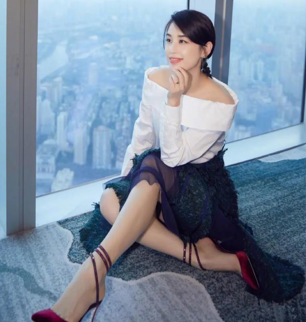 黄圣依新剧太后造型曝光_片场玩游戏坐姿豪放表情自在3.png