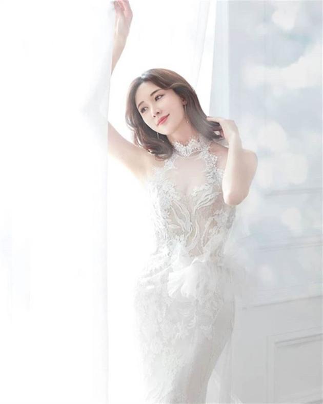 林志玲疑似婚纱照曝光  蕾丝鱼尾透视裙优雅迷人.jpg