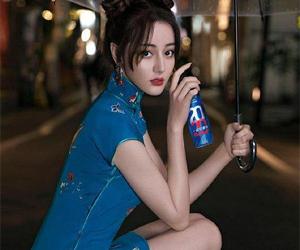 迪丽热巴蓝色旗袍 身材凹凸有致