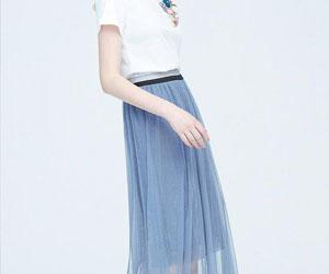 女生穿小裙子有多好看?看白T搭配各种小裙子