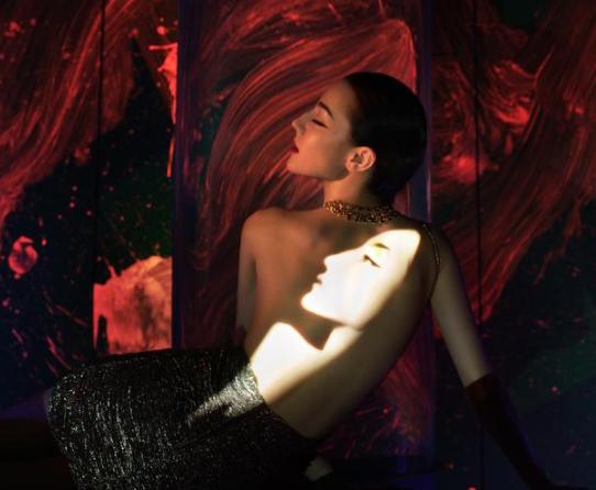迪丽热巴裸背光影封面 精致细节似人间芭比