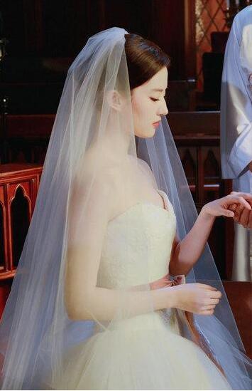 影视剧中最美婚纱造型 白衣一笑冉冉动人1.jpg