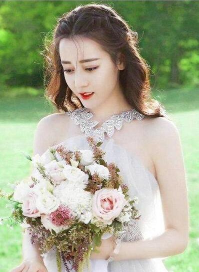 影视剧中最美婚纱造型 白衣一笑冉冉动人2.jpg