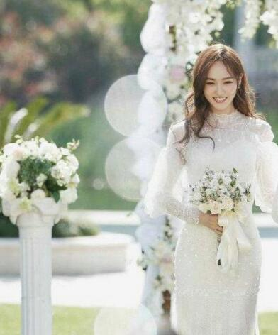 影视剧中最美婚纱造型 白衣一笑冉冉动人3.jpg
