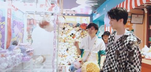王俊凯抓娃娃送粉丝