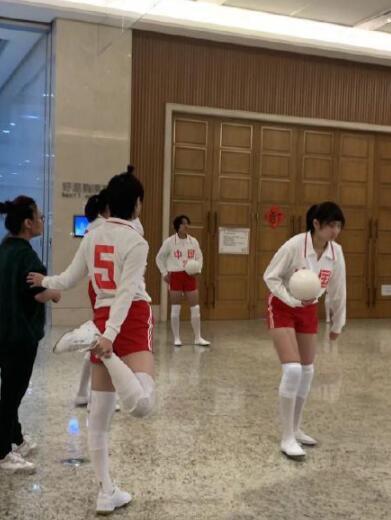 李宇春女排造型曝光 大长腿一览无遗2.jpg