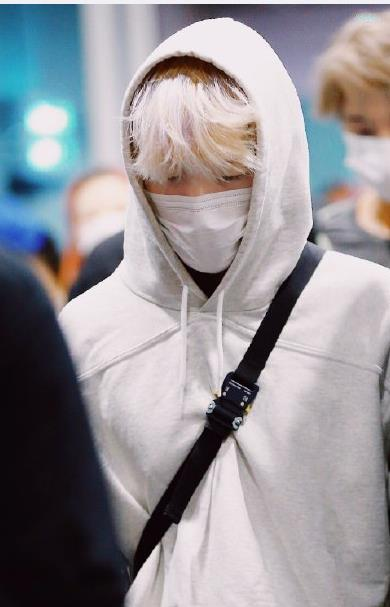 Bian Boxian white hair small silver fox in the moonlight