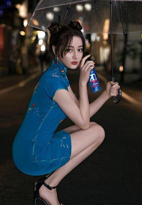 迪丽热巴蓝色旗袍