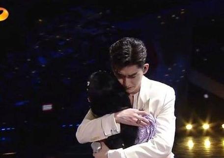 张翰鞠婧祎合唱牵手拥抱摸头 现在的演唱会这么甜了吗