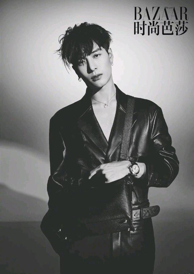 王嘉尔碎发长刘海造型 性感撩人登上时尚芭莎