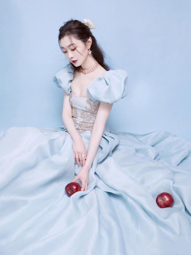 宋轶带苹果走红毯 宛若在逃白雪公主