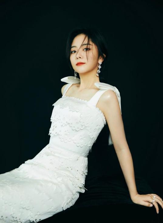 谭松韵立体花朵裙 简单优雅太适合
