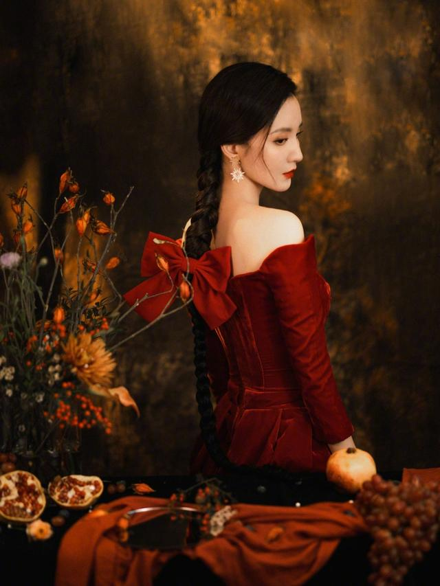 张萌一米麻花辫 仿佛油画中走出的女郎