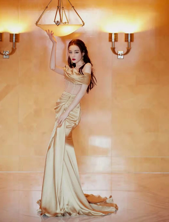 迪丽热巴金色拼接鱼尾裙 拜倒在美人裙下