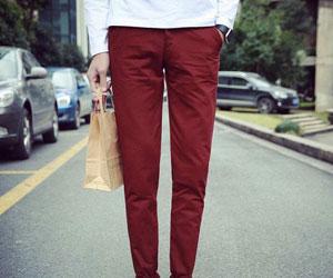 酒红色裤子搭配_成熟女性酒红色裤子怎么穿搭