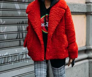 红色棉服怎么搭配_红色棉服配什么裤子衬肤色