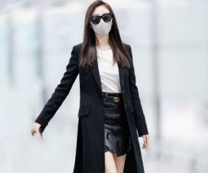 张天爱机场街拍_黑色墨镜搭配黑色风衣干练十足