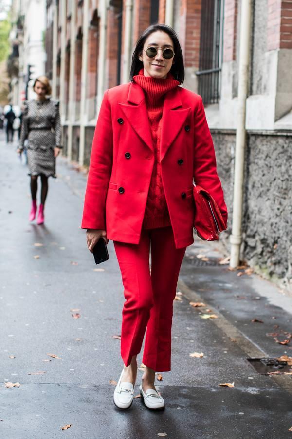 酒红色裤子搭配_成熟女性酒红色裤子怎么穿搭2.jpg
