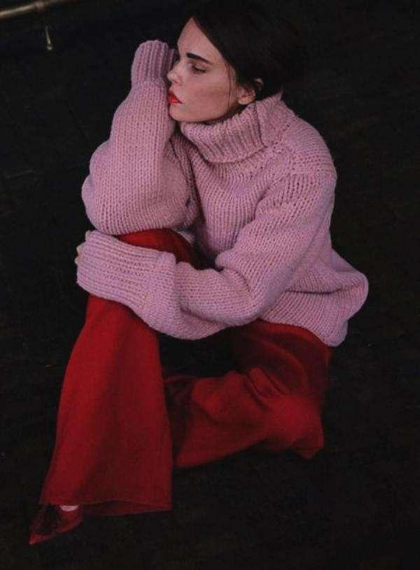 酒红色裤子搭配_成熟女性酒红色裤子怎么穿搭5.jpg