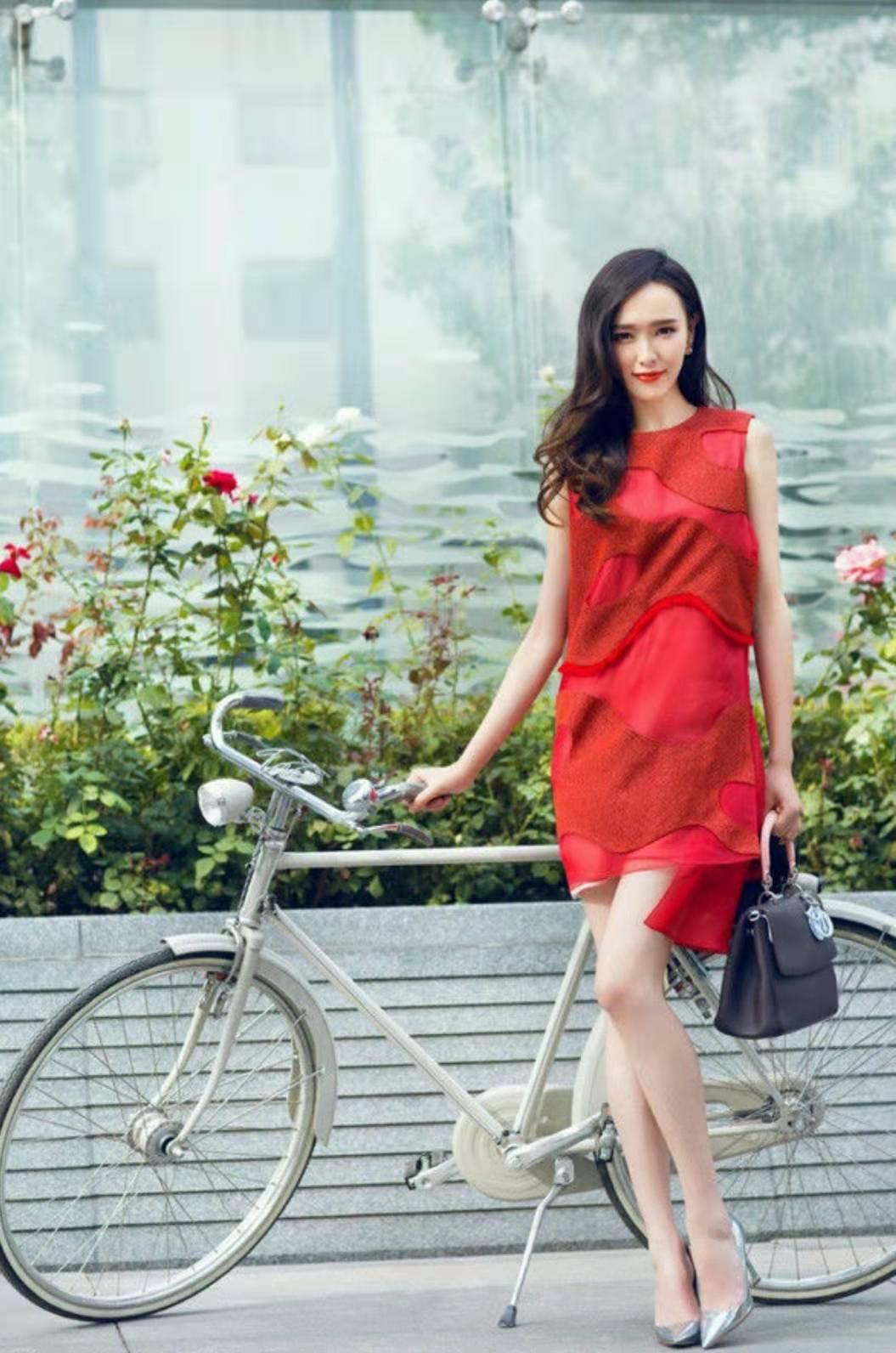 唐嫣红色连衣裙街拍_唐嫣街拍大气优雅迷人1.jpg