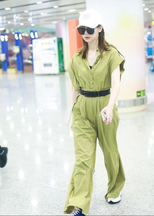 戚薇现身北京机场 戚薇机场街拍面带黑超秒变女王2.jpg