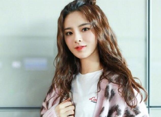 杨超越晒机场街拍 粉色豹纹毛衣貌美如花1.jpg