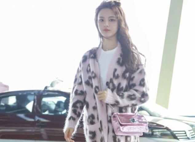 杨超越晒机场街拍 粉色豹纹毛衣貌美如花2.jpg