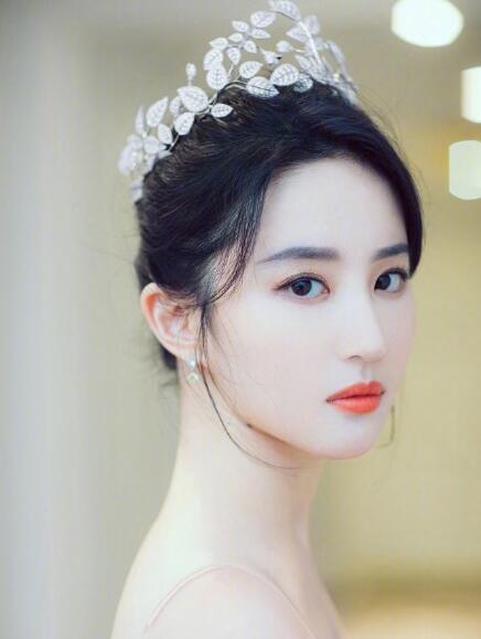 唐嫣为刘亦菲庆生 配图雪肤红唇美爆了2.jpg