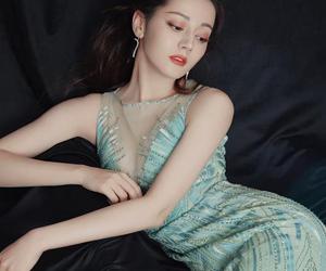 迪丽热巴薄荷绿长裙 展现东方传奇之美