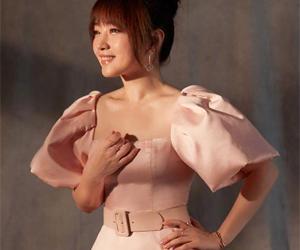 杨钰莹穿粉色长裙 冻龄逆生长女神