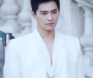 杨洋白色真空西装 今日份美貌在线营业