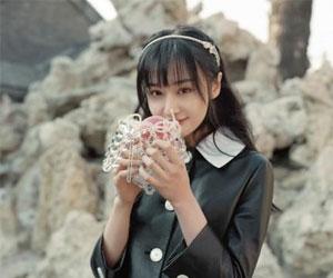 郑爽《时尚旅游》封面 甜美笑容是夏季的欢乐