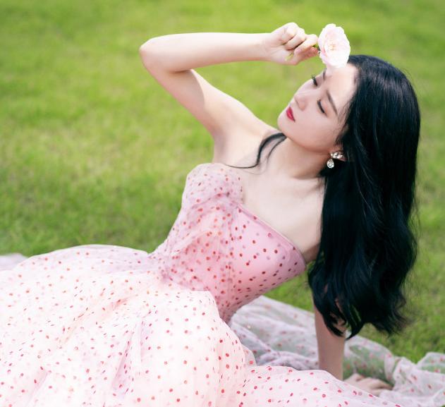 赵丽颖粉色波点抹胸裙 温柔恬静让人心动