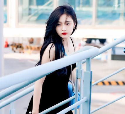 吴宣仪机场天鹅绒小黑裙太养眼