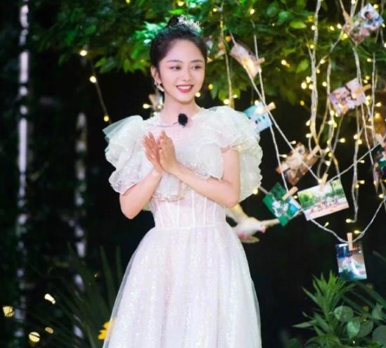 谭松韵玻璃糖纸公主裙 迪士尼公主本主了!