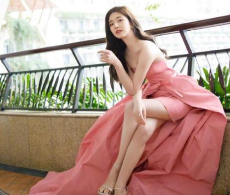 赵露思粉红色抹胸短裙 她也太甜了吧