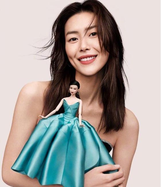 刘雯首个拥有芭比娃娃形象的亚洲模特 优秀了!