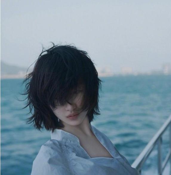 周冬雨海风大片 白色衬衫别有风情