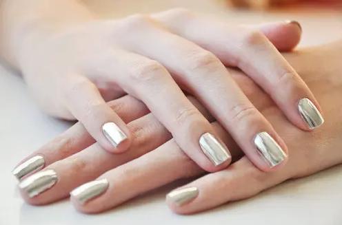 如何美甲让指甲闪亮漂亮