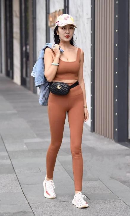 时尚街拍肉色紧身套装 只有真自信才敢穿出来