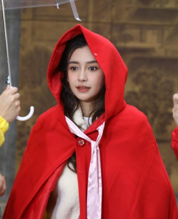 Angelababy红色古风斗篷 这是让女生都心动的程度啊