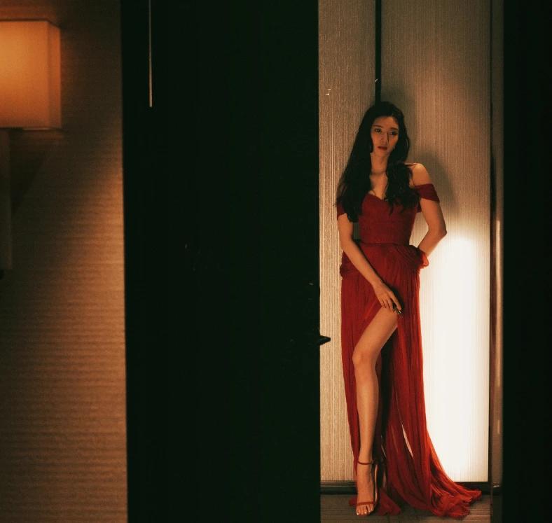 江疏影下班图 红色连衣裙太美