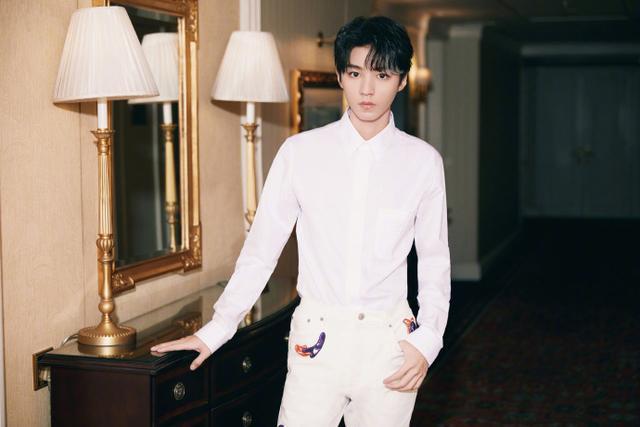 王俊凯白衬衫配挑染刘海 气质干净少年感满满