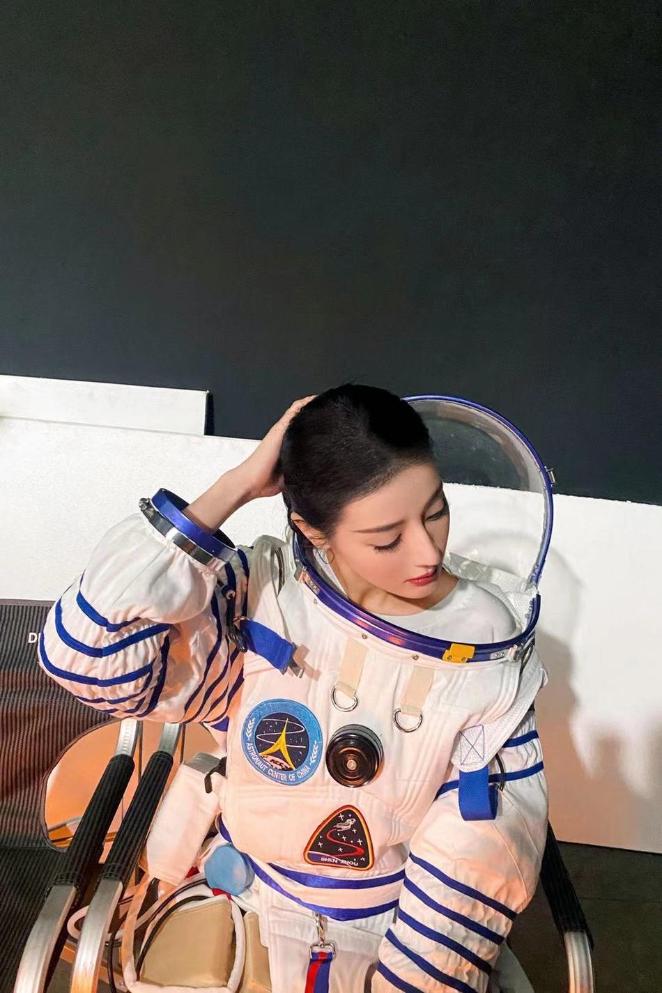 迪丽热巴宇航服造型 和葛优形成反差萌太可爱