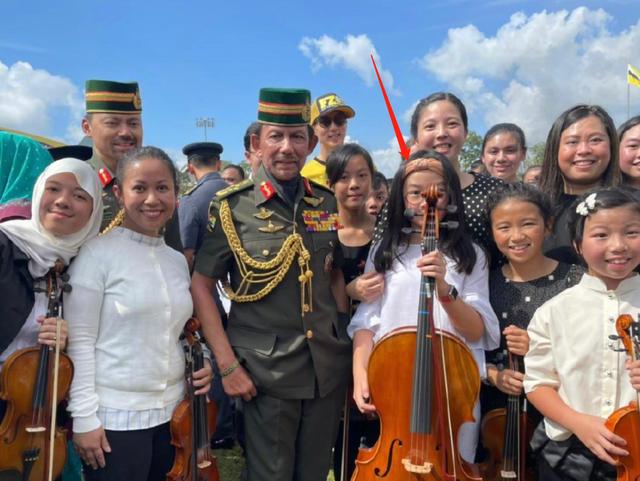 吴尊女儿在文莱国王面前演奏大提琴