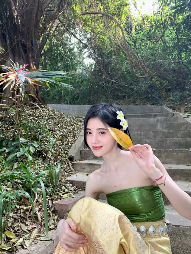 鞠婧祎傣族装扮