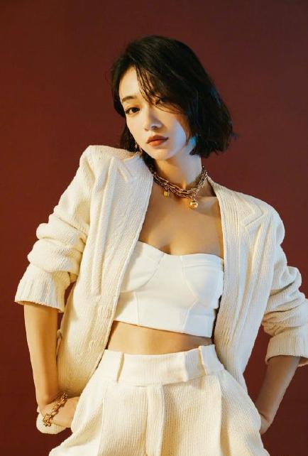吴谨言月光白抹胸套装 帅气又性感
