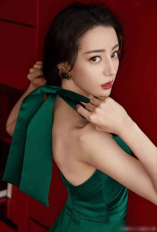 迪丽热巴墨绿色长裙出席优酷年度发布会 美了美了