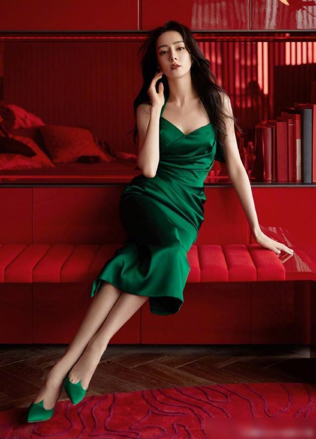迪丽热巴墨绿色长裙