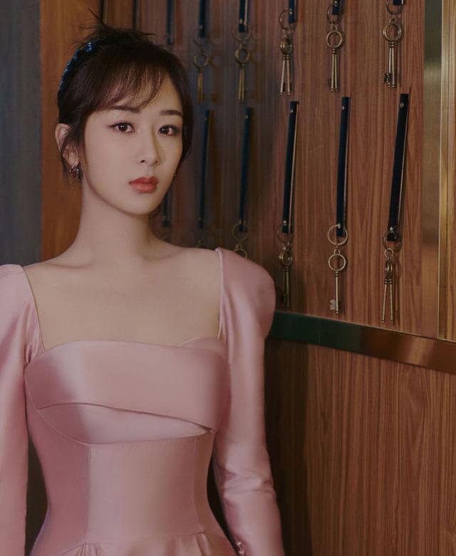 杨紫桃粉色长裙